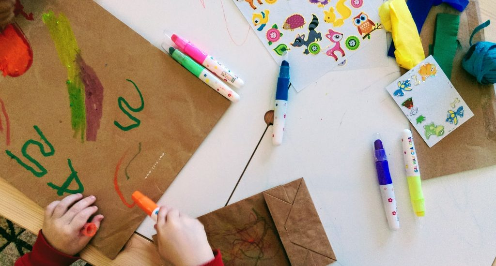 Ζωγραφίζουμε και κολλάμε αυτοκόλλητα στον χαρταετό μας.