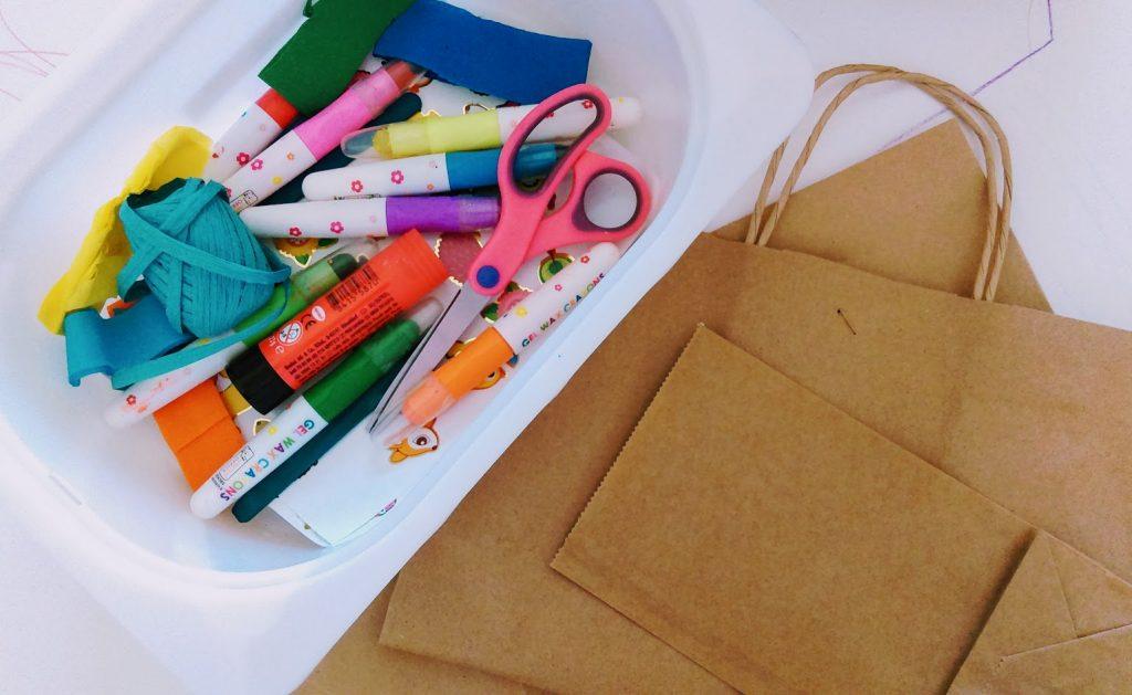 Τα υλικά που χρειαζόμαστε για την κατασκευή του χαρταετού με χαρτοσακούλα